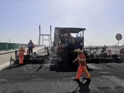 枣菏高速微山湖特大桥中、下面层沥青摊铺全部完成