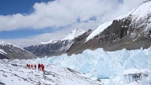 珠峰测量登山队修路队员突破北坳天险 预计12日修通顶峰路线