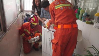 奶奶一不留神,不满3岁的孙子转眼爬进洗衣机…