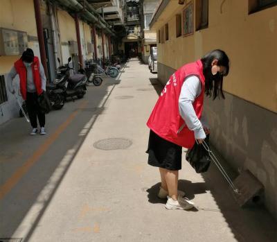 阜桥街道津浦街社区开展捡拾烟头志愿服务网上投注彩票APP