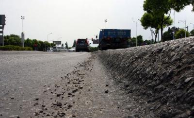 长虹路路面多处凹陷影响车辆通行 部门:正在修复