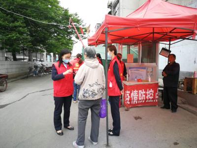 """邮储银行兖州支行青年志愿者进社区宣传""""健康码"""""""