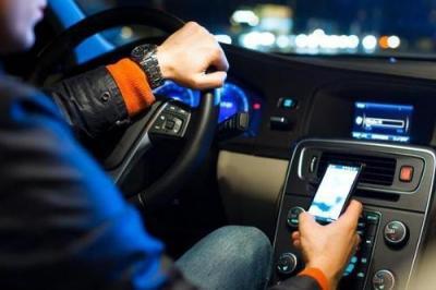 开车看手机被罚,这锅导航不背