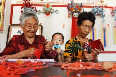 新時代文明實踐之奶奶教我剪窗花