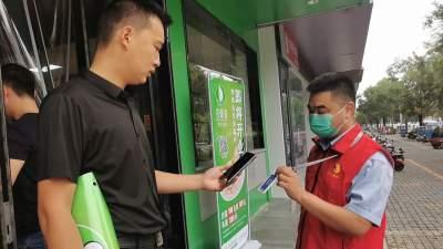 """金融助力做表率:济宁农商银行""""红马甲""""在行动"""