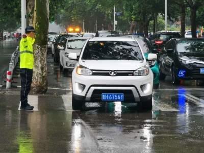 第一現場|濟寧交警雨中堅守 保障市民出行安全(組圖)