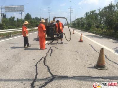 G105国道路面频现坑槽 网友喊话:该修补了!