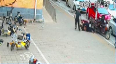 兗州民警街頭抓捕 一秒制服盜車嫌犯