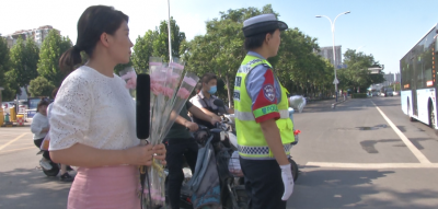 小停留,大文明!斑马线前礼让行人 司机收到鲜花