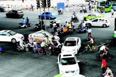 """人行道信号灯""""罢工""""多日,极易照成交通事故"""