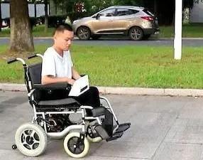 """高校為新生定制""""霍金同款""""輪椅,這些操作太硬核!"""