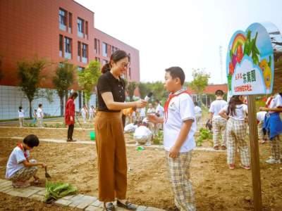 """济宁学院附小太白湖校区""""种植园""""启动 师生播种下第一粒种子"""