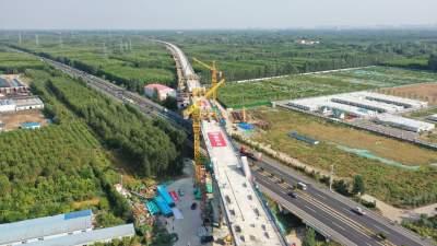 鲁南高铁梁济运河特大桥跨日兰高速连续梁拱桥成功合龙