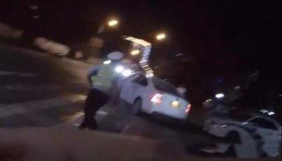 深夜一男子駕車強行闖卡,結果悲劇了!