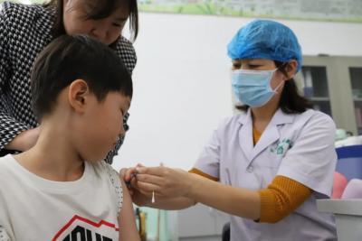 """如何健康度过传染病高发季?专家:为孩子接种""""社会疫苗"""""""