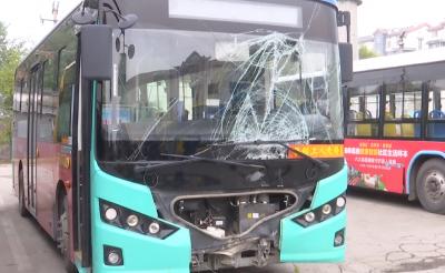 公交车失控冲进绿化带 3名乘客受伤 事故原因令人气愤