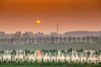 这里是龙湖湿地!一湾碧水满城春,两岸美景入画来……