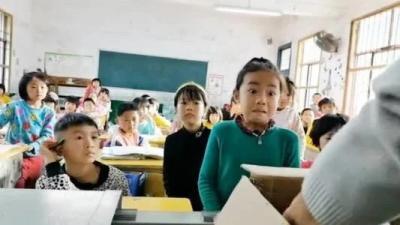 女孩考第一獎勵太豐盛驚出表情包 網友:后面同學饞哭了