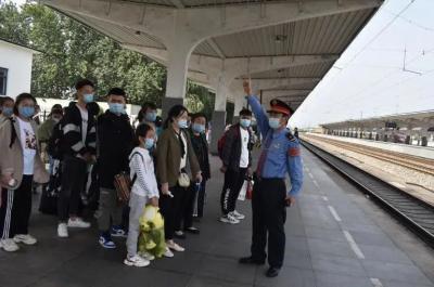 """""""双节""""期间铁路客运工作收官 31599com三个火车站发送旅客15.3万人次"""