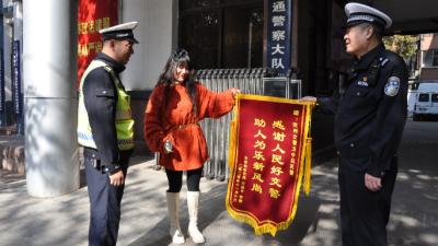 兗州男子突發疾病 交警爭分奪秒極速送醫