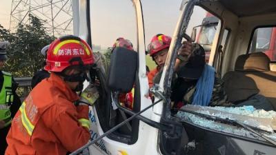 剎車失靈致連環追尾 鄒城交警緊急救助被困司機