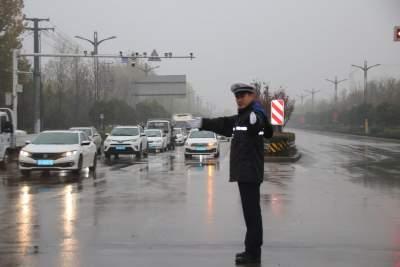 阴雨浓雾天气来袭!济宁经开交警排险情保畅通