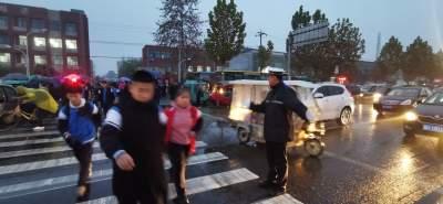 """雨中的""""守护神"""" 济宁经开区交警大队开展""""护学岗""""活动"""