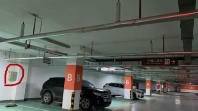 危险!地下车库内私拉电线充电 线头裸露存隐患