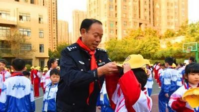 """安全伴我行 济宁高新交警为240名小学生戴上""""小黄帽"""""""