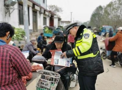 邹城交警进集市 提升农村群众交通安全意识