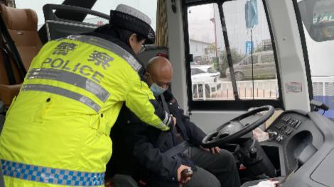 北湖交警深入客运企业 开展冬季交通安全宣讲