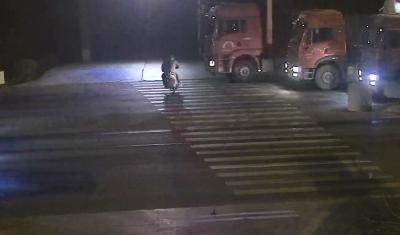 摩托车夜间闯红灯酿事故 农村交通安全需注意