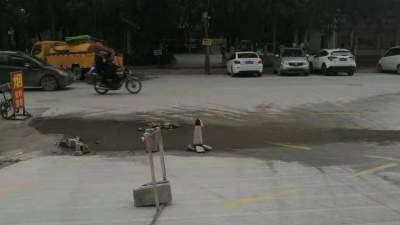 嘉祥一学校门口积水严重 天冷结冰影响通行