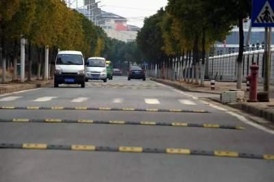 """两公里道路设置十几条减速带 网友直呼""""浪费!"""""""