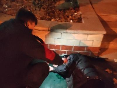 暖心!天寒地冻醉酒男子横卧街头,警民合力救助