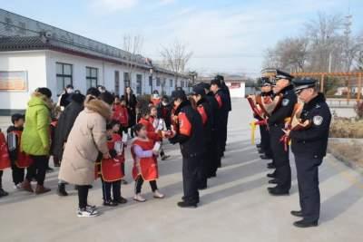 冬日萌娃進警營 安全教育從小抓起