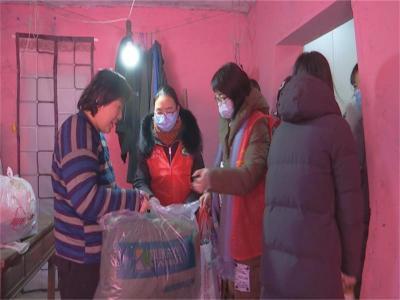 阜橋街道劉莊社區:天冷情不冷 巾幗送暖在行動