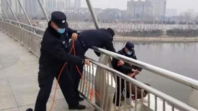 危急關頭,民警跨越護欄一把將她抱住……