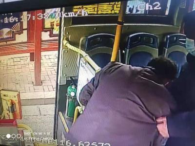 这一抱,真暖!济宁39路公交上演温情一幕