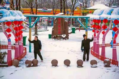 牛年第一场雪 市民打卡嘉祥石雕艺术广场