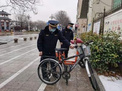 风雪不停脚步 曲阜城管人热情不减服务群众