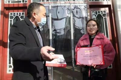 """泗水文艺轻骑兵为""""好媳妇""""、""""好婆婆""""上门颁奖"""