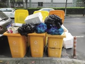 生活垃圾车清运不负责造成小区环境污染 相关部门:立即整改