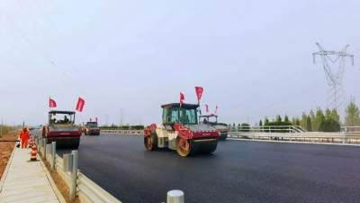 京臺高速改擴建工程鄒城段率先完成主線瀝青路面攤鋪施工