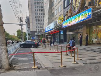 """城区一公共停车位被沿街商铺""""据为己有"""""""