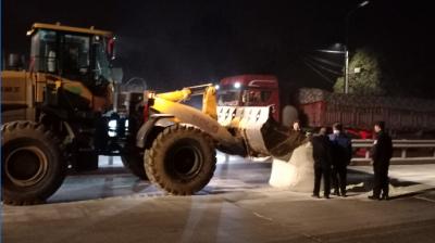 兩噸淀粉散落路面 兗州民警完璧歸趙