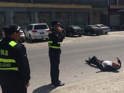 老人倒在路邊,金鄉城管及時救助彰顯文明新風