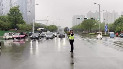 济宁交警全力保障降雨天气通行安全有序