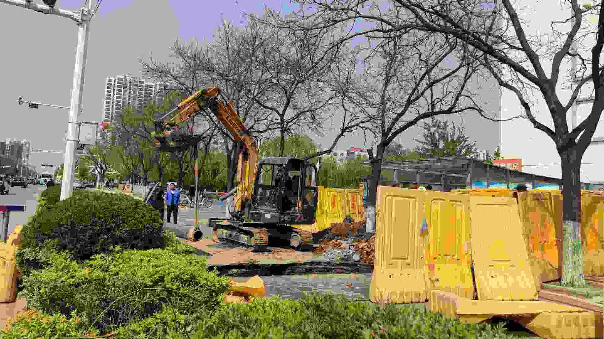 古槐路交通疏解项目20日开工,正在进行道路清障工作