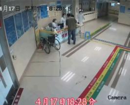 30秒 | 異物卡喉引窒息,護士使出救命招